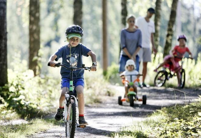 liikunta, pyöräily, perhe, Lapset vasemmalta Leo, Elsa ja Ella. Vanhemmat Petra…