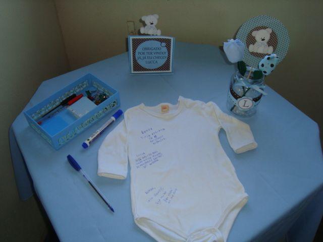 Ideia para deixar recados para o bebê. Os convidados escrevem no body e depois pode-se fazer um quadro super legal!