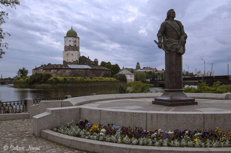 RU_150622 Venäjä_0016 Fjodor Apraksinin patsas Viipurin Pyhän Annan torilla takana Viipurin linna
