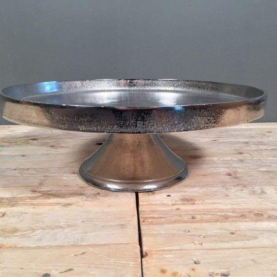 Στρογγυλός δίσκος από αλπακά με πόδι για την τραπεζαρίας ή τον μπουφέ με κεριά ή άλλα αντικείμενα.Μπορεί να χρησιμοποιηθεί και για δίσκος γάμου. http://nedashop.gr/gamos/diskoi-gamoy/strogkylos-diskos-gamoy-alpakas