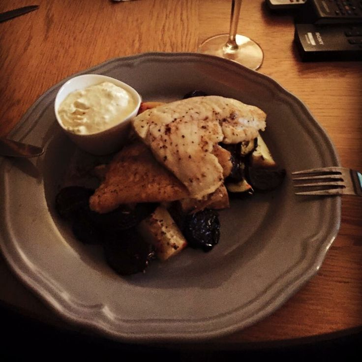 Smörstekt Hjälmargös i smör, salt och nymalen svart- och vitpeppar med ugnsrostade palsternackor och rödbetor med rosmarin och vitlök. Samt en pepparrotskräm på créme fraîche, pepparot, citron, salt och nymalen svart- och vitpeppar!❤  #masseskök #maceingkitchen #matblogg #foodblog #middagstips #dinnertips #pikeperch #lunch #lunchtips #hjälmargös #fish #fisk #KingofHashtags