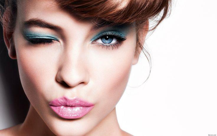 Gözler yüzün odak notasıdır ve göz rengini ortaya çıkartacak bir Makyaj ile tüm dikkatleri üzerine çekebilir ve daha çarpıcı bakışlar elde edebilirsin!