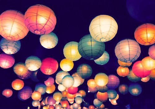 Lampionnen. Door de gekleurde lampionnenkap om de lamp heen geven de lampionnen een gekleurd licht.