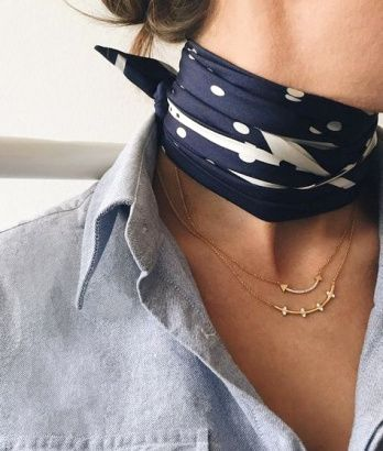 Foulard noué au cou + colliers fins, le bon mix - FABULOUS THE DIFFERENCE A SCARFE CAN MAKE TO AN OUTFIT!!