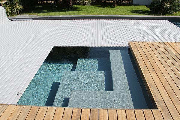 Nos pisciniers ont du talent : escalier hors standard pour cette piscine dotée d'un liner gris anthracite et d'une couverture automatique #APF