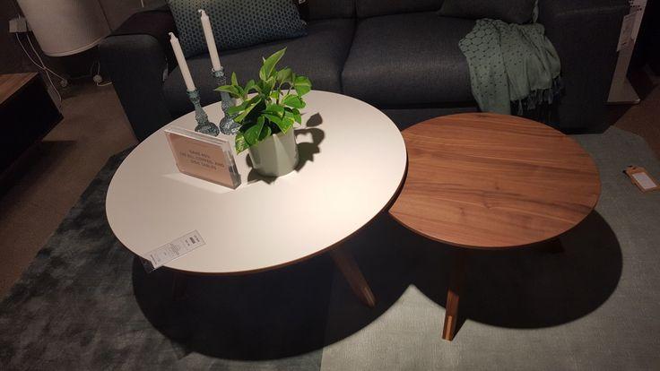 Runda soffbord från Bolia, ett vitt och ett trä. Fanns massvis fina soffbord där i affären i Stockholm