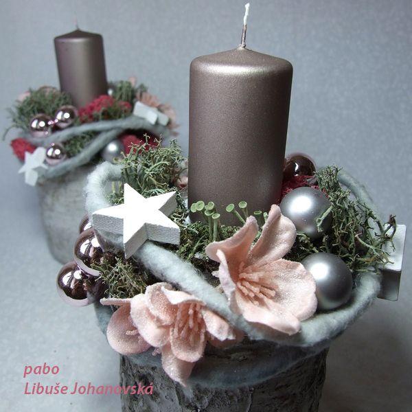 Svícen+s+ojíněnou+sakurou+Trvanlivá+vánoční+dekorace.+Použitý+materiál:+svíčka+bez+parfemace,+betonová+nádoba+imitující+březové+dřevo,+přírodní+a+barvený+lišejník,+skleněné+baňky,+umělá+modřínová+větvička+a+dřevěné+hvězdičky.+Výška:+19+cm.