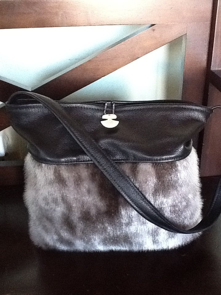 Inuit made sealskin purse by Looee Arreak