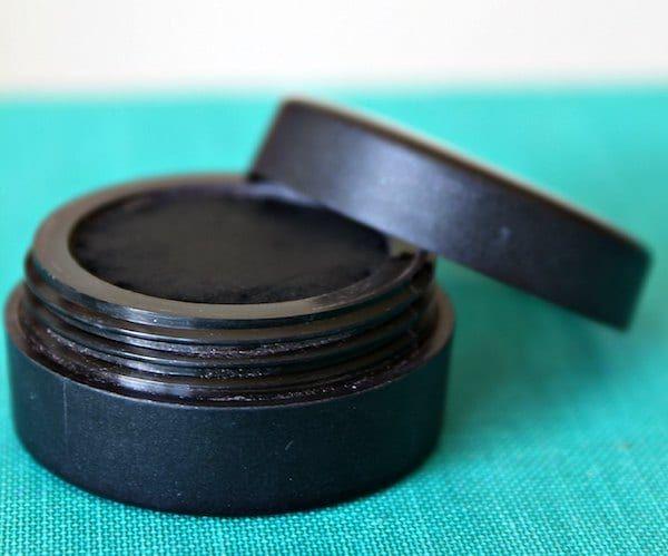 Voici la recette facile et efficace de l'eye-liner fait maison au charbon végétal.