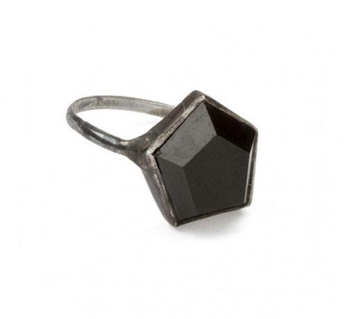 Anillo de Plata Esterlina con Ónix Hexagonal, $435 | 25 Anillos de Compromiso Impresionantes que no están Hechos con Diamantes