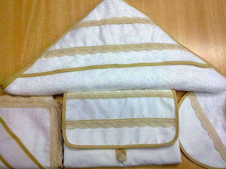 conjunto de gasa de algodón con puntilla camel ,capa de baño ,babero y cambiador de piqué con puntilla camel y tira para bordar