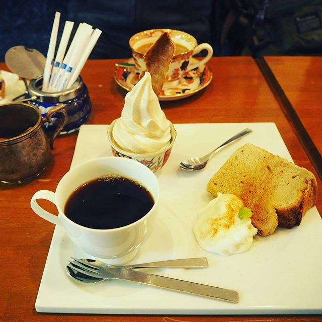 Continue with the previous post, this is what we ordered in that little cafe - in Hakodate. This is a cake set with soft ice cream, home made chiffon cake and coffee. ☕The cake is super soft, actually everything was too perfect!! Highly recommend this hidden cafe if you are happen to be around. In Mario Doll Hakodate #cafe #hakodate #japan #函館
