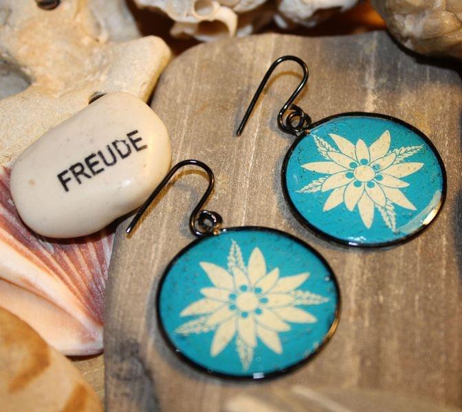 ► Hublots (Motivohrringe) ◄    ★ Ohrringpaar mit Edelweiß auf blauem Hintergrund.