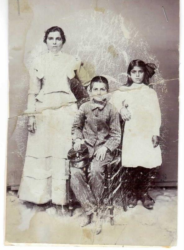 Άργος, 1913. Η Ελένη Μητσοπουλου με τα παιδιά της Βασίλη και  Κωστούλα. Από το αρχείο του Δημήτρη Μητσόπουλου