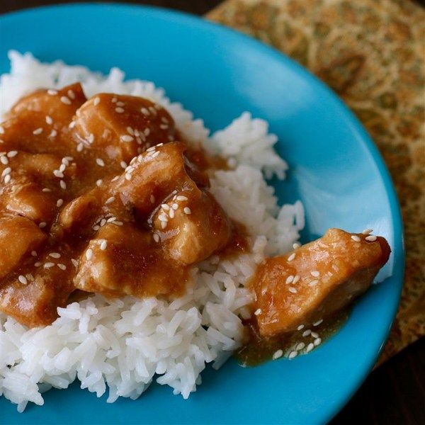 Sesame Chicken for Slow Cooker | This easy recipe makes chicken in a sauce made with soy sauce, honey, and ketchup, and topped with sesame seeds, all in a slow cooker.
