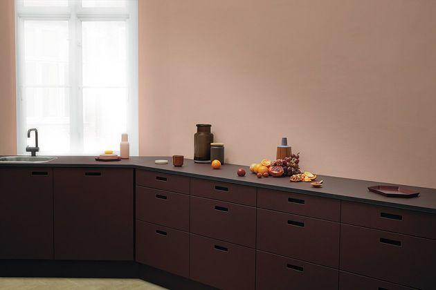 Her ser du kjøkkenfronter i linoleum fra &Shufl i fargen Burgundy. Utrolig fin farge til den beigerosa veggen!