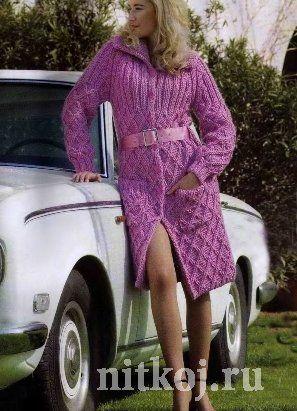 Сиреневое пальто спицами Для пальто потребуется 1900 г. пряжи (смесь мериносовой шерсти и хлопка). Рельефные узоры пальто восхищают, модель смотрится элегантно и дорого.