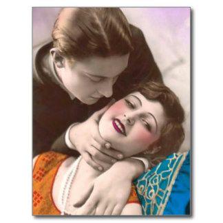 Casal em coisas efêmeras do kitsch do vintage da cartão postal