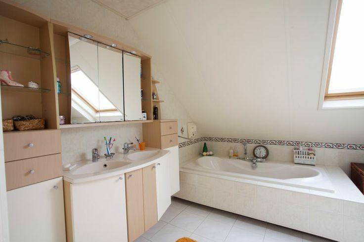 Vanuit de slaapkamer doorgang naar badkamer 16m2 voorzien van ligbad, aparte douche, dubbele wastafel en 1 keer enkele wastafel. Gehele badkamer voorzien van vloerverwarming.