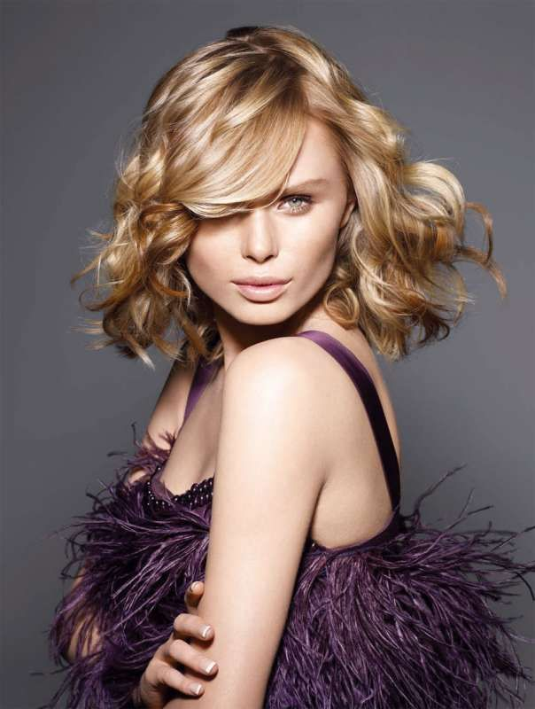 В движении! Стрижка, блонд-окрашивание и советы по укладке для волос средней длины. . MATRIX<br /> Прическа: международная дизайнерская команда Matrix<br /> Продукты: Matrix