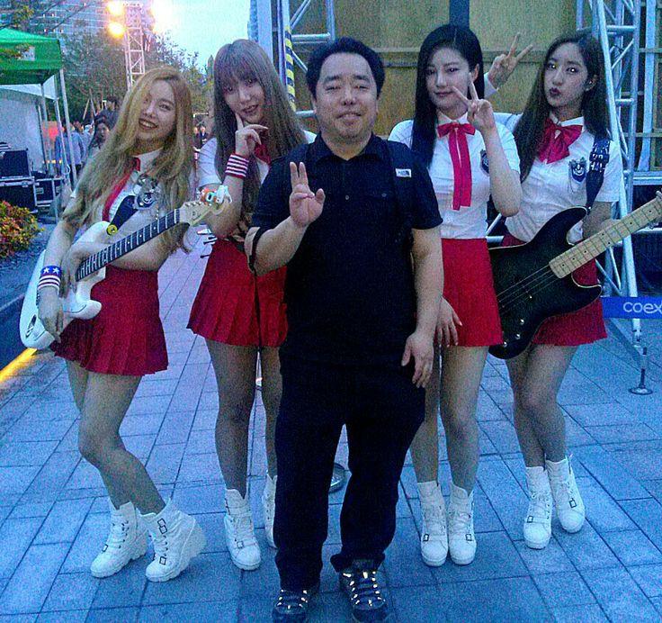 [정인석 도예연구소]정인석 도예가와 상큼한 여성 4인조 키위밴드(Kiwi Band)가 함께~~^^*  2014년에 싱글 앨범 [하쿠나마타타]을 낸 키위밴드! Bella (벨라_메인보컬), Woo-U (우유_기타, 서브보컬), 제니 (베이스 기타), 혜성 (드럼)이에요.   일본에서 성장하면서 올해부터 한국에서 활동을 하고 있죠.  3인조 걸밴드 <비밥(Bebop)> 처럼 기대가 되는 걸밴드네요...^^