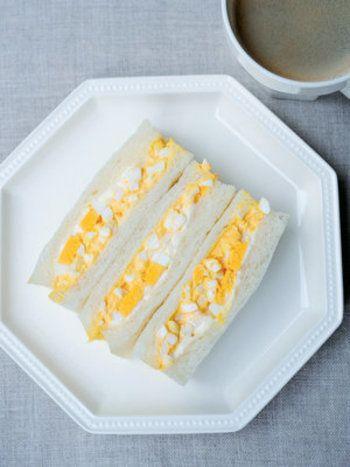 ゆで卵を使った定番のサンドイッチも、玉子の切り方次第で味わいが変わります。 このレシピでは、刻み方を変えた2種類のゆで卵を使っています。弾むような食感と濃厚な玉子の味わいが絶妙なサンドイッチです。