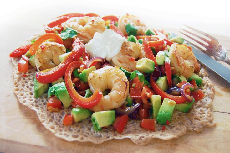 Recept | Glutenvrije boekweitwraps met knoflookgamba's en pittige avocado-tomatensalsa.