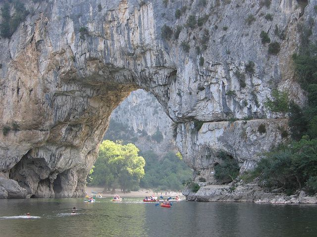 Lagarganta del ríoArdèche(enlace en francés)atrae a miles de visitantes sobre todo en el verano. En sus orillas hay playas, no tan lejos, enormes acantilados. El agua es transparente, e invita a un chapuzón, o a navegarse (especialmente en kayak). Aunque hay que informarse de la temporada de lluvias, período en que navegar el río está prohibido por las crecidas (en otoño). También en el entorno hay cuevas, sitios de escalada, rutas de senderismo