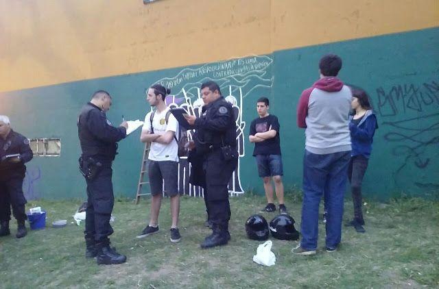 PERSECUCION: DETIENEN A 10 JOVENES DE LA CAMPORA POR PINTAR UN MURAL    DETIENEN A 10 JOVENES DE LA CAMPORA QUECELEBRABAN LA PRIMAVERA PINTANDO UN MURAL CON FRASE DE SALVADOR ALLENDE A las 16 horas un operativo con cuatro patrulleros de esta Capital Federal rodearon y detuvieron a diez jóvenes peronistas de La Cámpora militantes del Centro Cultural Independencia de San Cristobal que pintaban un mural en una pared lateral de una escuela sobre la plaza Velasco Ibarra en Jujuy y México. Los…
