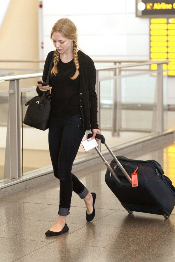 Amanda Seyfried: this is basically my day-to-day look, and I love how she goes for the dark coordinates.