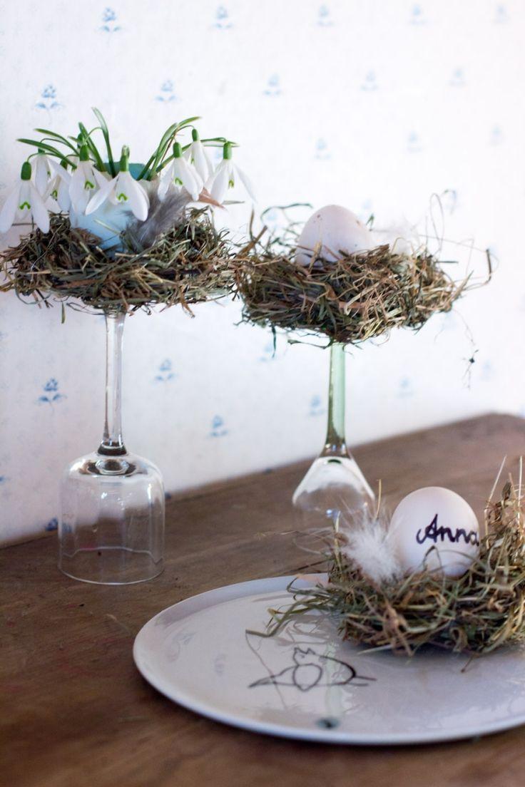 dekorative kleine Neste aus Stroh mit Federn dekoriert
