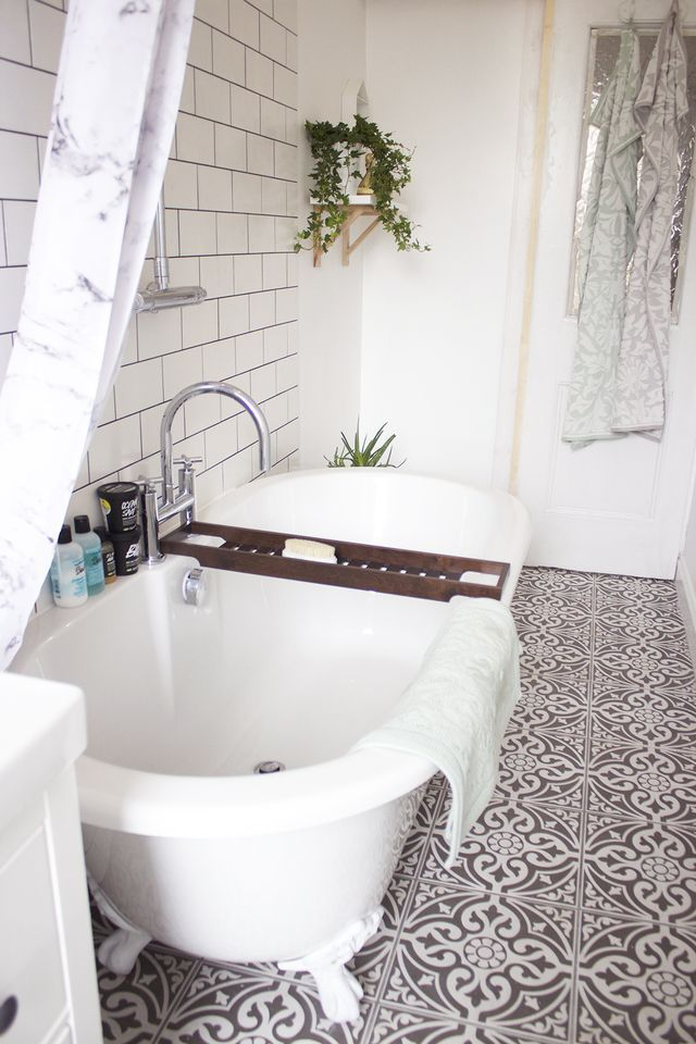 It's time! I've been waiting so long to do this post, and I'm so, SO glad that the work is done, our bathroom is finished and I don't have to deal with a dusty room and a lack of shower anymore! This