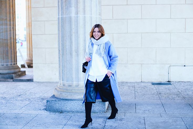 Winter Outfit, ootd, fashion Week berlin. http://whoismocca.com/fashion/outfit-of-the-day/fashion-week-outfit-2-hellblauer-mantel-schwarze-culotte-oversize-pullover-modeblog-fashionblog-influencer/