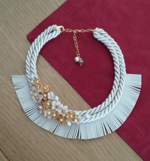 Collar cordon de seda y fleco de antelina crudo con flores de porcelana fria dorado, beige y blanco perlado.