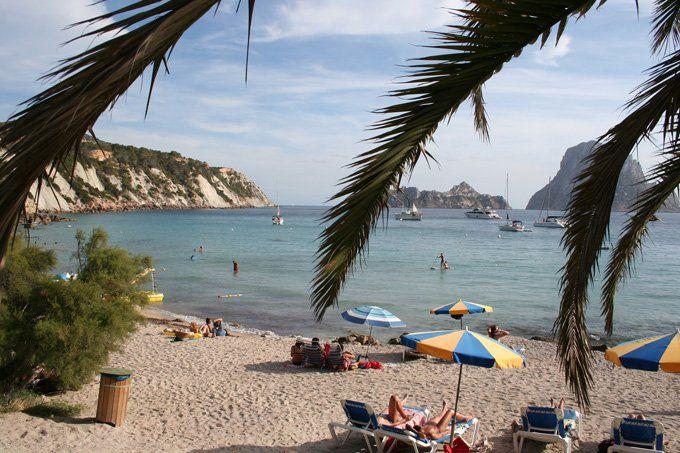 http://ru.esosedi.org/ES/PM/1000477543/plyazh_cala_dhort/  Пляж Cala-dHort – #Испания #Балеарские_острова #Сан_Хосе (#ES_PM) Один из замечательных пляжей с чистой водой и восхитительным видом на скалистый остров Эс Ведра.