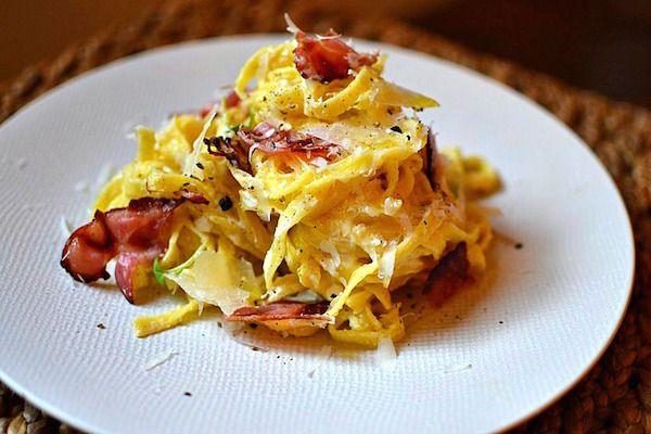 Mélangez simplement les jaunes d'oeuf avec le poivre, le parmesan et le pécorino jusqu'à avoir une sauce homogène...