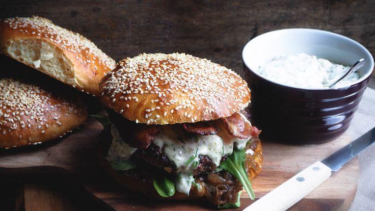 Blue cheese burger med bacon, karamellisert løk og briochebrød