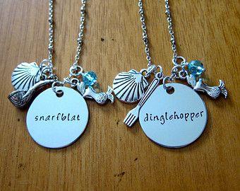 Ariel había inspirado poco collar de sirena. Collares de amistad de sirena poco. Dinglehopper y Snarfblat. Juego de 2. Pequeñas joyas de sirena.