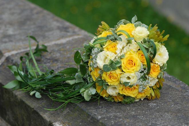 Gelb-grüner Brautstrauß in Kugelform.