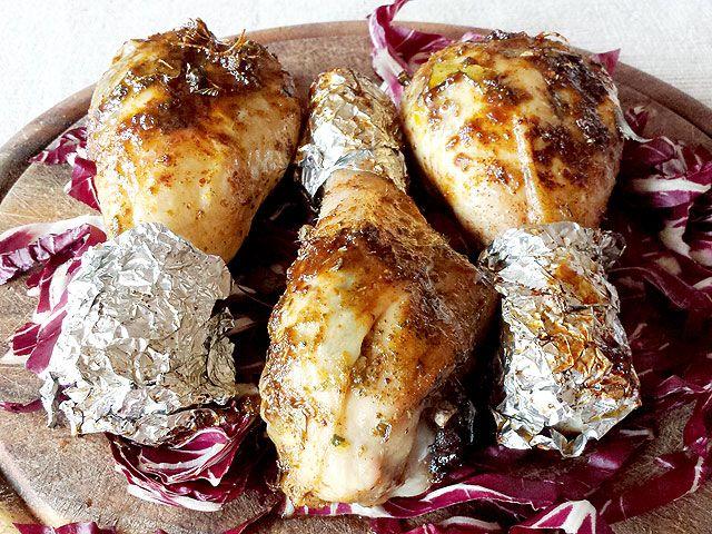 Una ricetta semplice, veloce ed economica! Sono le mie cosce di pollo arrosto speziate,ricche di gusto e con un segreto nascosto. Per renderle più saporite e gustose, infatti, le mie cosce di pollo vengono farcite attraverso due piccole incisioni che poi vado a riempire con un mix di spezie mediter