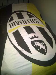 Um quarto de rapaz é dificil de decorar. E apesar das cores da capa da Juventus não combinarem com nada do quarto,ele gosta. Afinal é o quarto dele!
