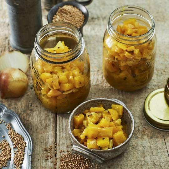 Door mosterdzaad kort te bakken komen alle geuren en smaken vrij. Recept - Chutney van gele paprika - Boodschappenmagazine