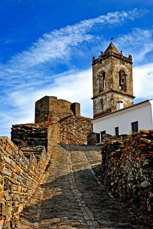 Castle Monsaraz, Monsaraz, Alentejo, Evora, Portugal | Photo by Miguel Jose Cardoso on olhares.sapo.pt at: http://olhares.sapo.pt/monsaraz-foto3235323.html, Copyright, all rights reserved.
