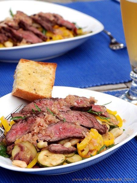 Rucola-Paprikasalat mit weißen Bohnen, Zucchini und gegrilltem Steak