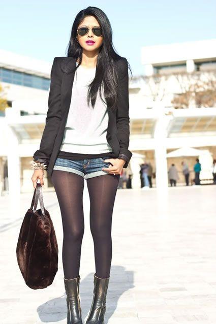 Shorts de mezclilla, medias negras, blazer y botas.