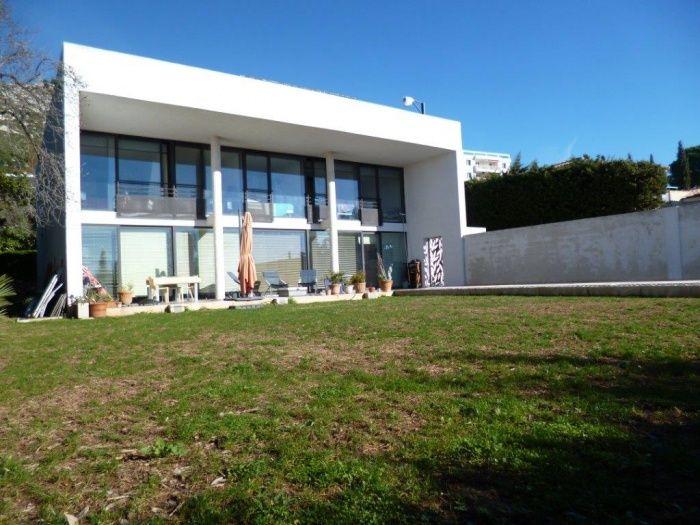 Villa contemporaine vue mer panoramique à Toulon. La façade sud composée de 6 baie vitrées donne sur un grand couloir de nage et un beau terrain plat. Une architecture simple et lumineuse...