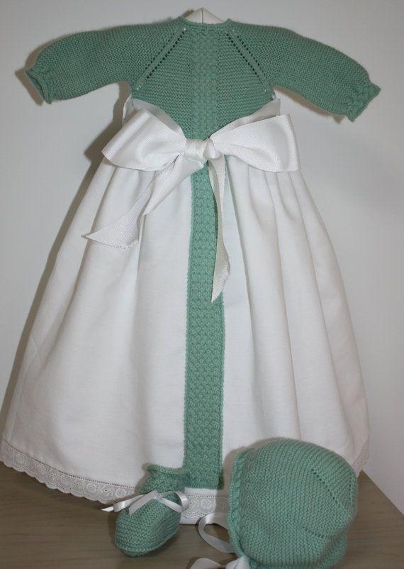 Precioso faldon para recien nacido. Consta de 3 piezas, el jersey unido a faldo, la capota y los patucos. on Etsy, 5,00€