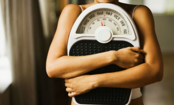 """Además de tu altura y edad, para calcular si estás en tu peso ideal, solo necesitas medir tu cintura y… En un entorno que nos exige una delgadez """"extrema"""" o bien, fomenta un sobrepeso, saber si estamos en el peso ideal se vuelve una cuestión de salud física y psicológica; pero, ¿cómo calcular este dato?"""