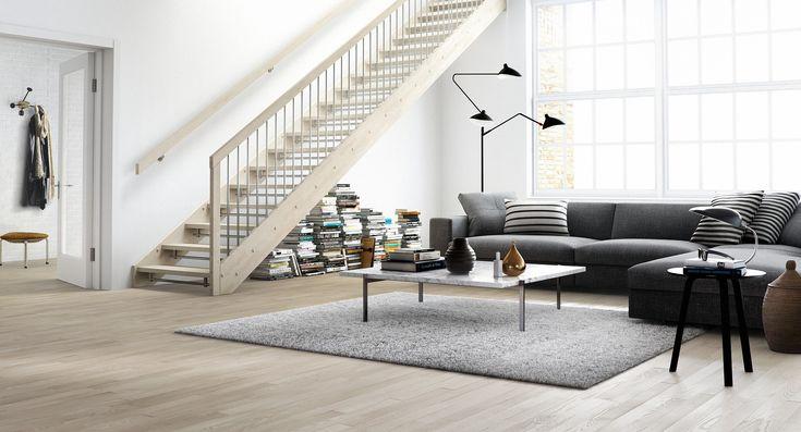 Berg er skandinavisk minimalisme på sitt beste. Hvitlasert ask kombinert med stål og en håndlist som går over endestolpen, fremhever de rene linjene og gir et stramt uttrykk. Her er hele trappen vist i hardtre, noe som sørger både for kvalitet og varighet. En åpen trapp åpner for lys og harmoni i rommet.