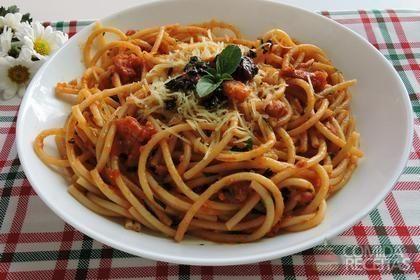 Receita de Espaguete ao molho vermelho e pesto de manjericão
